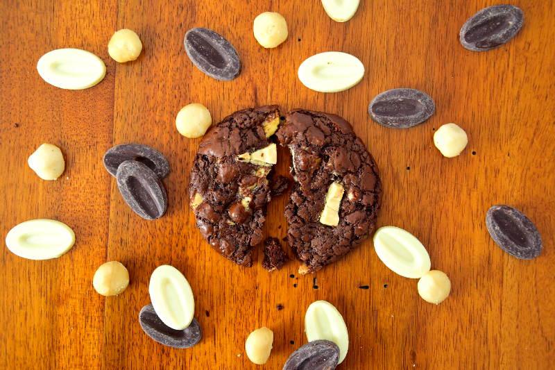 Cookies chocolat noir aux noix de macadamia et au chocolat blanc