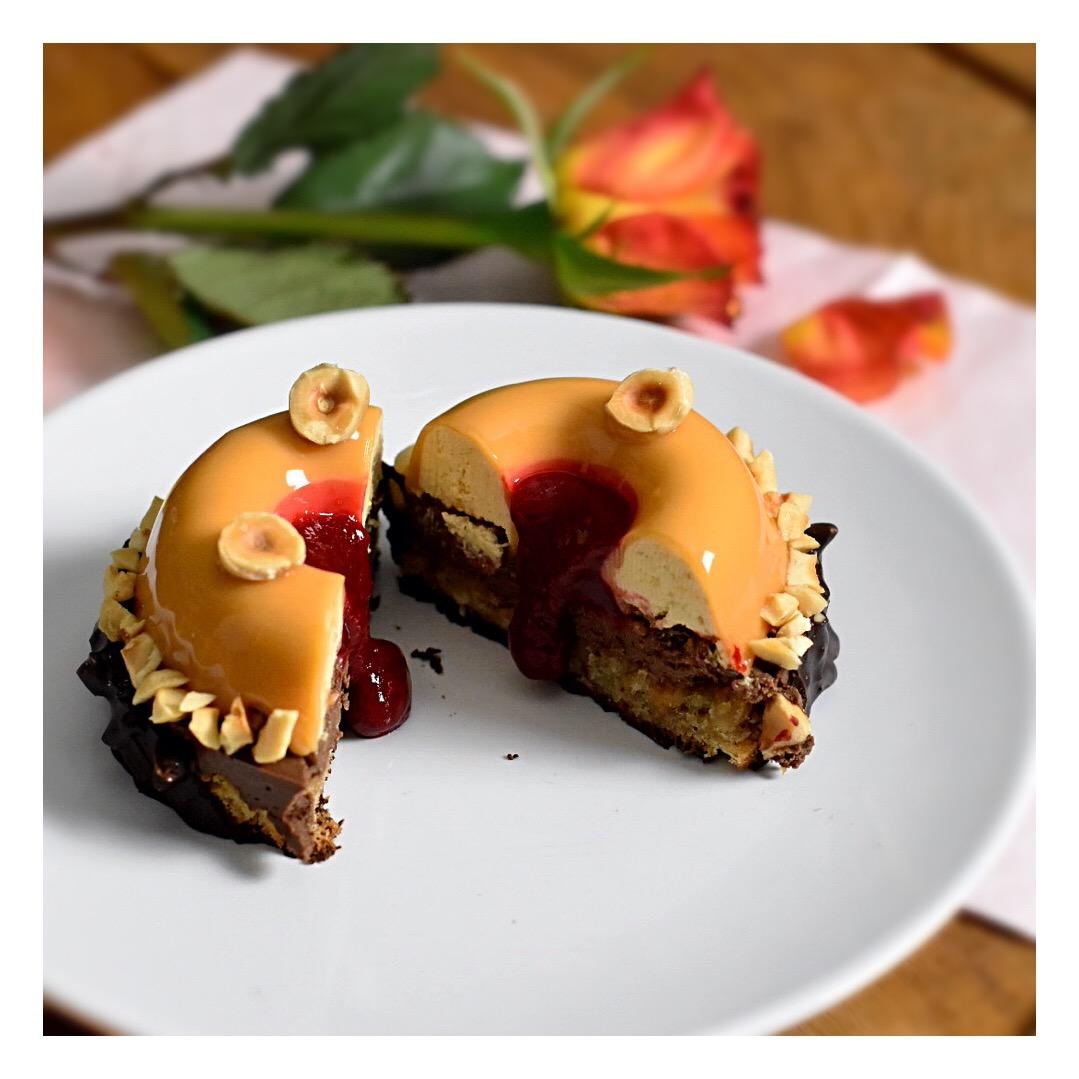 Entremets noisette, chocolat & framboise