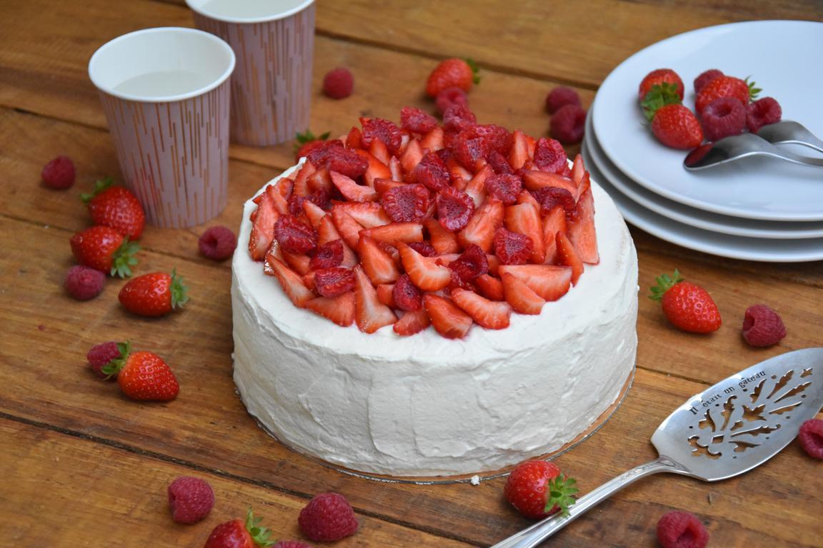 Gâteau de crêpes, chantilly, fraises & framboises